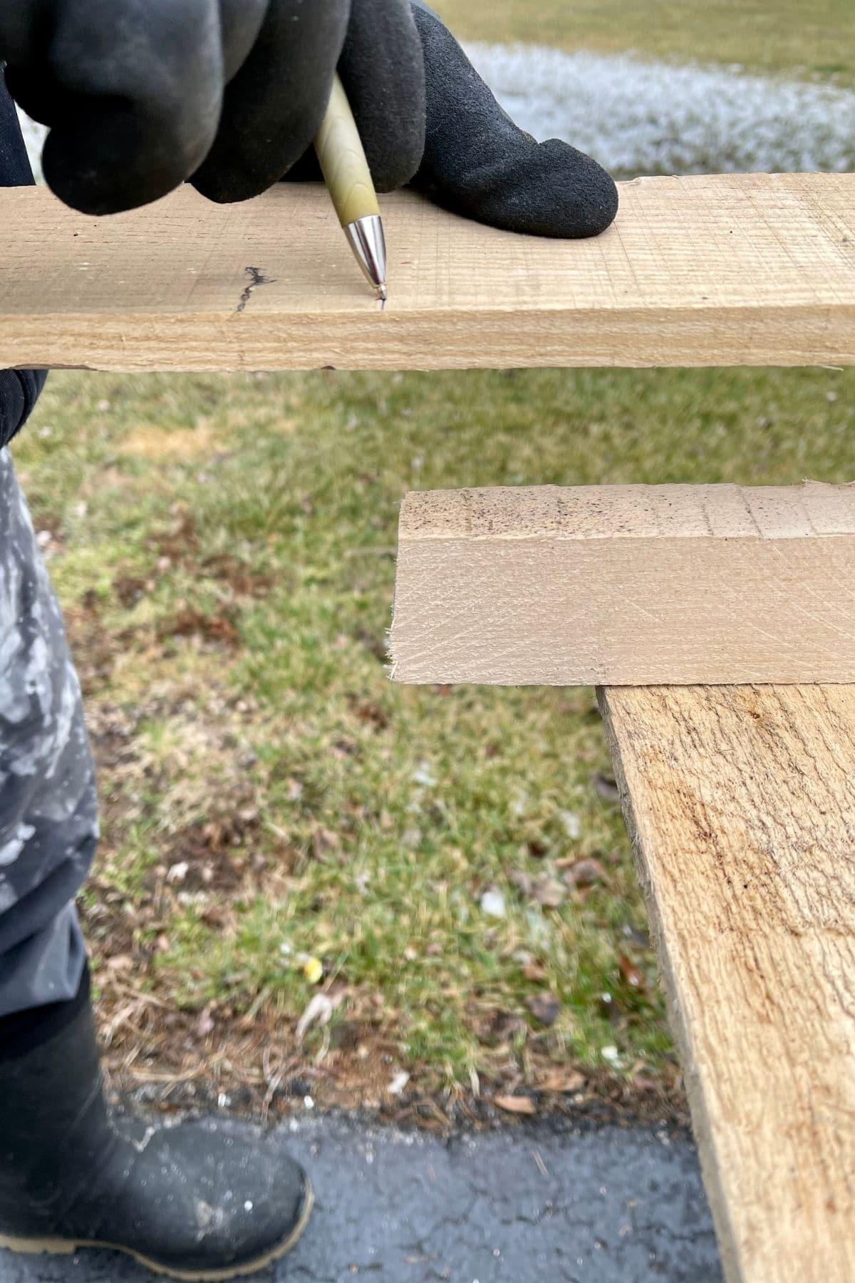 Measuring pallet boards